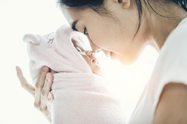 Vì sao cần cho trẻ bú sữa mẹ hoàn toàn trong 6 tháng đầu và kéo dài đến 2 tuổi?